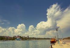 Dock de port avec le ciel nuageux Photographie stock libre de droits