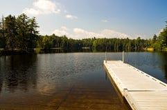 Dock de région sauvage et rampe de bateau Photo stock