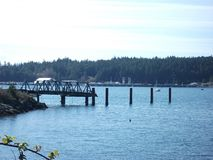 Dock durch die sonnige Küste lizenzfreie stockbilder