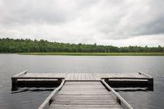 Dock durch einen See Lizenzfreies Stockbild