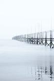 Dock eingehüllt durch den Nebel Stockfotos