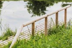 dock en bois durable sur la rivière pour la pêche photographie stock libre de droits