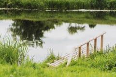 dock en bois durable sur la rivière pour la pêche photos libres de droits