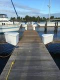 Dock en bois et ciel bleu de bateaux blancs dans la marina de la Floride image libre de droits