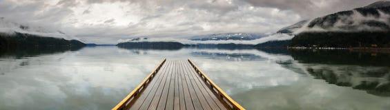 Dock en bois sur Harrison Lake, Colombie-Britannique, Canada Images libres de droits