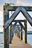 Dock en bois sur la baie avec les voûtes géométriques Images stock
