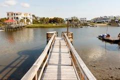 Dock en bois sur le chemin inter d'eaux côtières Photos stock