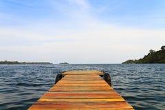 Dock en bois sur un lac Photo libre de droits