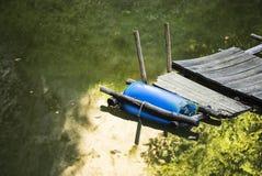 Dock en plastique de flottement de baril Images libres de droits