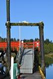 Dock entlang Ufergegend, Ucluelit BC Stockfotos