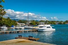 Dock et bateau de pêche dans la marina Images libres de droits