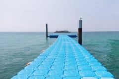 Dock flottant modulaire sur la mer Images libres de droits