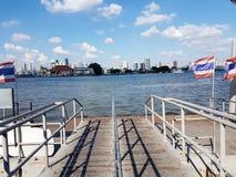 Dock-/Hafenboot in Fluss mit Stadtansicht und blauer Himmel gestalten landschaftlich Stockfotos