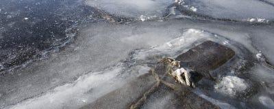 Dock im Eis auf einem See. Stockbild
