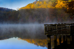 Dock im Nebel Lizenzfreies Stockfoto