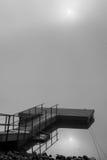 Dock im Nebel mit Sun-Reflexion Lizenzfreie Stockbilder