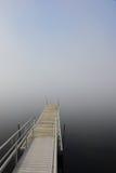 Dock im See mit dichtem Nebel Lizenzfreie Stockbilder