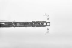 Dock isolé dans un jour brumeux Photographie stock libre de droits