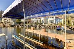 Dock privé avec les remonte-pente de jet et l'ascenseur couvert de bateau, le Lac Washington Image libre de droits