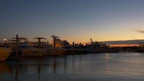 Dock privé 4k la Floride Etats-Unis de golfe de yacht de coucher du soleil de Miami Beach de coucher du soleil banque de vidéos