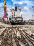 Dock sec - bateau et chaînes Photos stock