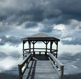 Dock sous le ciel orageux Images stock