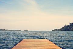 Dock sur le beau lac bleu Image stock