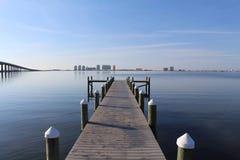 Dock sur Sunny Day calme Image libre de droits