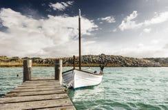 Dock und Boot typisch von den Baleareninseln Lizenzfreie Stockbilder
