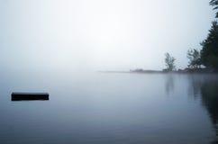 Dock verschwindet in den Nebel Stockbilder