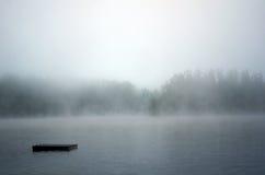 Dock verschwindet in den Nebel lizenzfreie stockfotografie