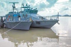 Dock vieler Polizeiboote auf dem Ozean stockfoto