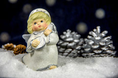 Dockaängel i snön symbol av julen Royaltyfria Bilder
