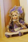 Docka i lilaklänning Royaltyfri Bild
