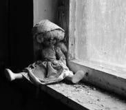 Docka på fönsterbräda i övergett dagis i förstörd by av Kopachi, Tjernobyl uteslutandezon, Ukraina royaltyfri foto
