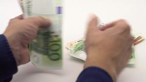 docka som 4K skjutas av att räkna euroräkningar av olika värden Eurokassapengar arkivfilmer