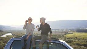 Docka som skjutas av den gulliga hipsteren som dricker te, medan koppla av i berget lager videofilmer