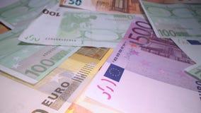 Docka som skjutas av eurosedelbakgrund som ?verst staplas av de Glidning till och med europengarsedlar, h?g av pengar, kassa, stock video