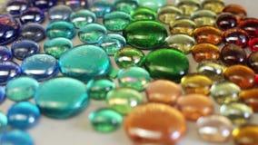 Docka som skjutas på samlingen av färgrika stenar