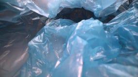 Docka som skjutas till och med disponibel plastpåsebakgrund Genomskinlig återvinningsbar plast- avfalls Plast- återanvändning, mi stock video