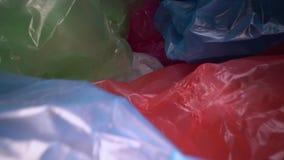 Docka som skjutas till och med disponibel plastp?sebakgrund Genomskinlig ?tervinningsbar plast- avfalls Plast- ?teranv?ndning, mi stock video