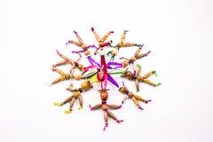 Docka som tio göras av träpärlor på ett kulört band Royaltyfria Foton