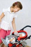 dockaflicka little som leker Royaltyfri Fotografi
