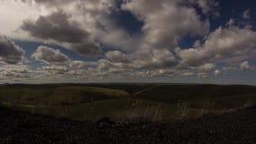 Dockaflyttning av molniga himlar vid dalen lager videofilmer