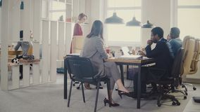 Dockan sköt av idékläckning för affärsfolk på det moderna kontorsmötet Lycklig idérik multietnisk personaldiskussion 4K stock video