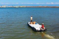 Dockers гавани принимают лед к традиционным рыбацким лодкам Стоковые Фото