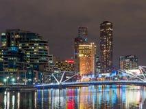 Dockland alla notte con il ponte pedonale dei marinai immagini stock libere da diritti