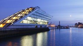Dockland de Hamburgo en la noche fotografía de archivo