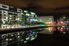 Docklands bij nacht - Dublin stock afbeelding