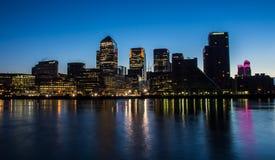 Docklands bis zum Nacht Stockfoto